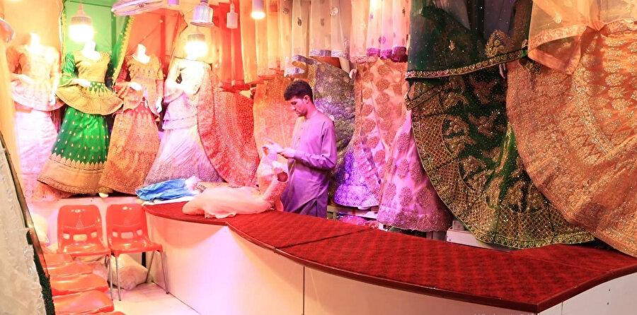 Geleneksel Afgan kıyafetleri satan Kabili bir dükkân sahibi.