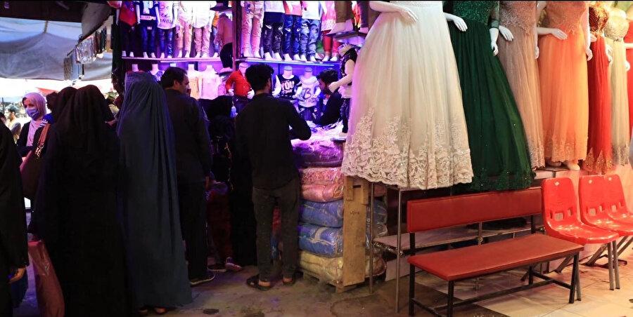 Kadın-erkek bayram alışverişi yapan Kabilliler.