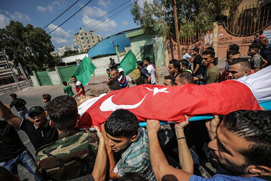 Gazzeliler tarafından üstü Türk bayrağıyla örtülen şehit.
