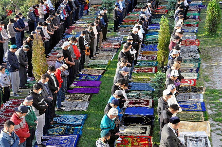 Süleyman Camii'nin avlusunda bayram namazı kılan Kırgızlar.