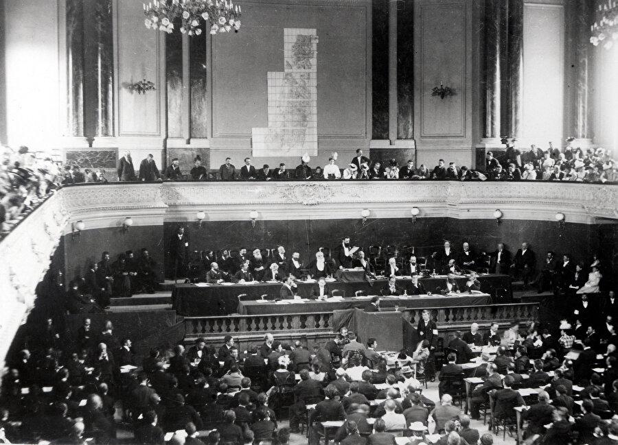 1897'de Theodor Herzl liderliğindeki ikinci dönem Siyonizm, İsviçre'nin Basel şehrinde büyük bir konferansla başladı.