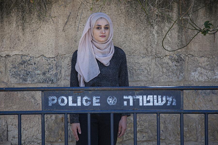 Şeyh Cerrah Mahallesi'ndeki işgal karşıtı protestolarda gözaltına alınırken gülümsemesiyle dikkatleri çeken Meryem Afifi.
