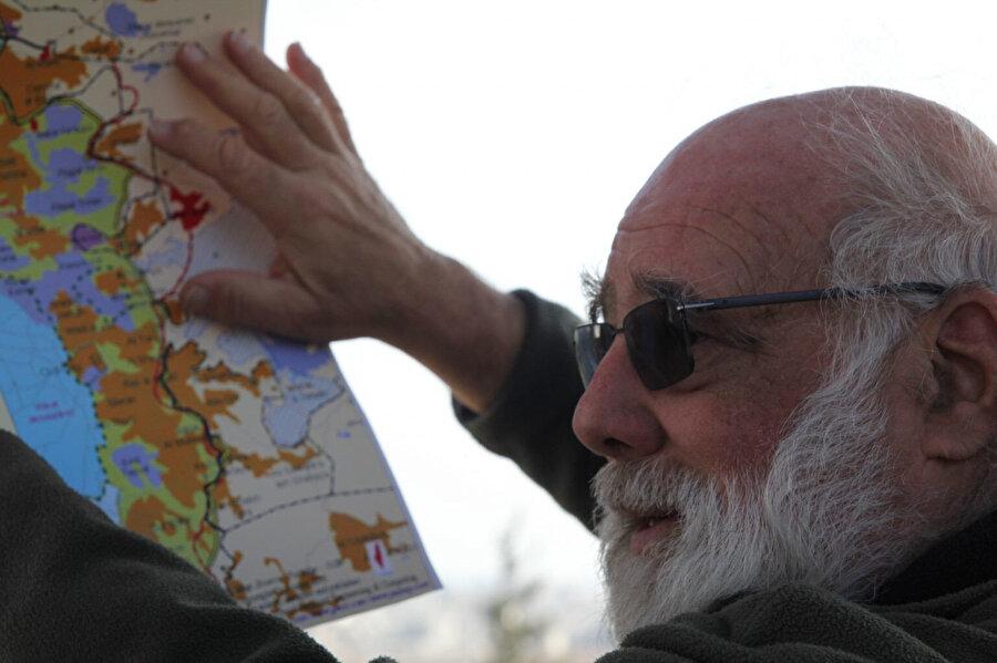 Jeff Halper, Kudüs'ün hemen dışındaki Batı Şeria'nın E1 bölgesinde Yıkımlara Karşı İsrail Komitesi'nin düzenlediği turlarından birine liderlik ederken.