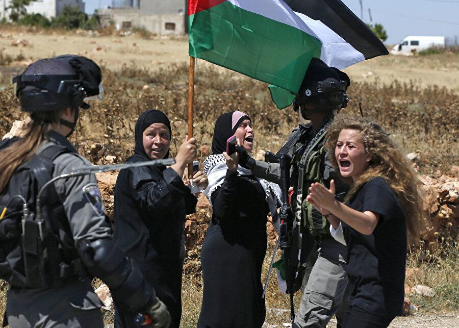 Ahed de her Filistinli kadın gibi Filistin mücadelesinde kavganın göbeğinde.