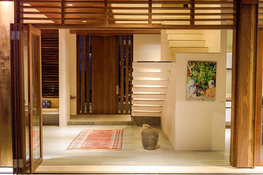Projenin iç mekan dekorasyonunda çoğunlukla doğal ahşap tercih ediliyor.