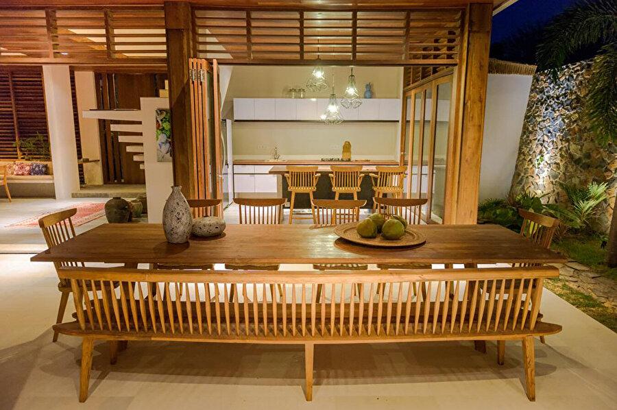 İki büyük yemek masası ile mutfak alanı; otuz kişiye kadar misafir ağırlayabiliyor.