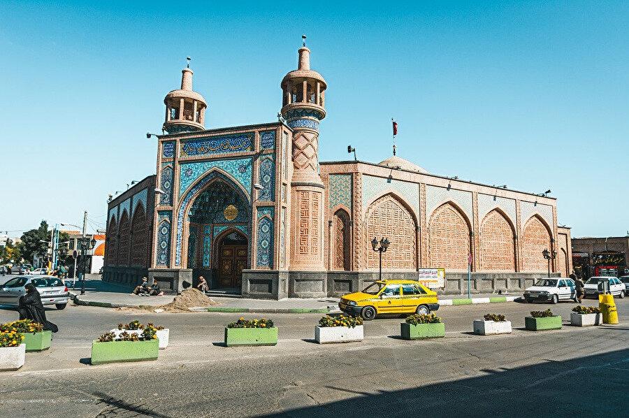 Erdebil, Güney Azerbaycan bölgesinde, İran'ın aynı isimli Erdebil Eyaleti'nin yönetim merkezi olan şehirdir.