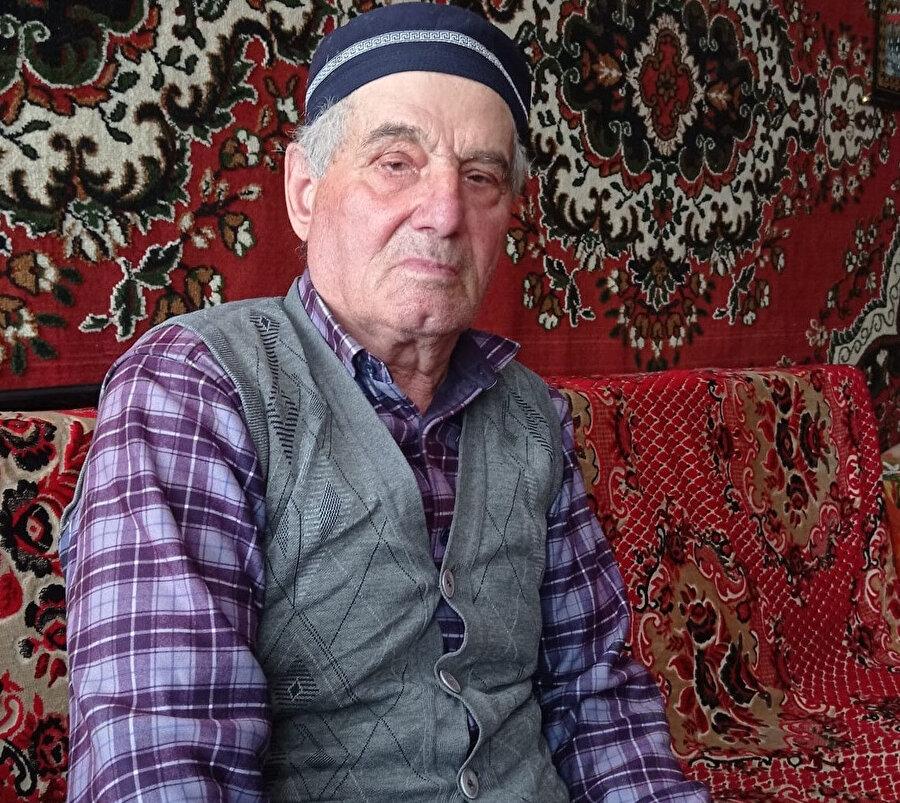 Abdurrahman Halilov (85) da Kırım'ın Karabay köyünde yaşarken bir sabah 3 Rus askeri tarafından ailesiyle göç etmeye mecbur edildi.