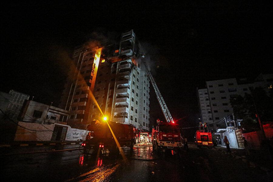 Gazze'nin en işlek caddelerinden birinde yer alan, dairelerin ve ticari ofislerin bulunduğu 12 katlı Kahire Apartmanı İsrail'in hedefi olmuştu.