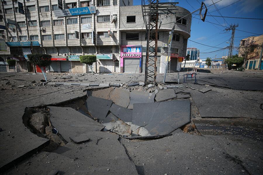 Gazze'de önemli yollar ve caddeler İsrail'in hedefi oluyor.