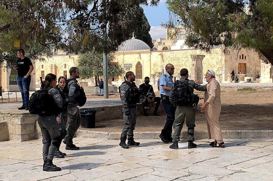 Görgü tanıklarının beyanlarına göre İsrail polisi Mescid-i Aksa'nın kapılarında Filistinlilerin kimlik belgelerine el koymaya başladı.