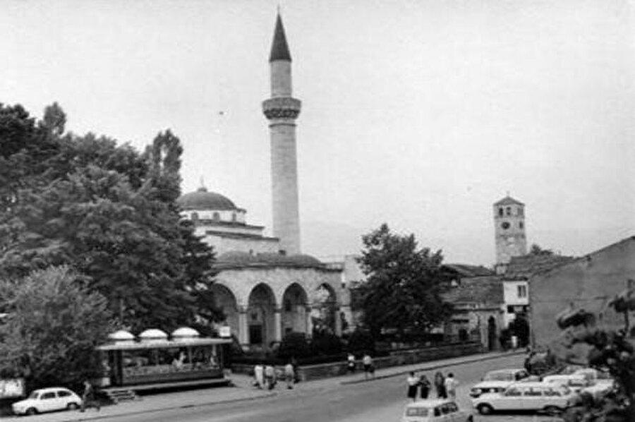 Ferhad Paşa Camii'nin kuzey batısında ve revakın sol kemeri karşısındaki saat kulesi de, Çetnik Sırp zulmüne maruz kaldı.