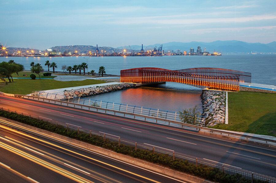 Köprü, bir otoyol olan Altıyol ile İzmir Körfezi arasında kalmış yeşil alandaki bütünlüğü sağlıyor.