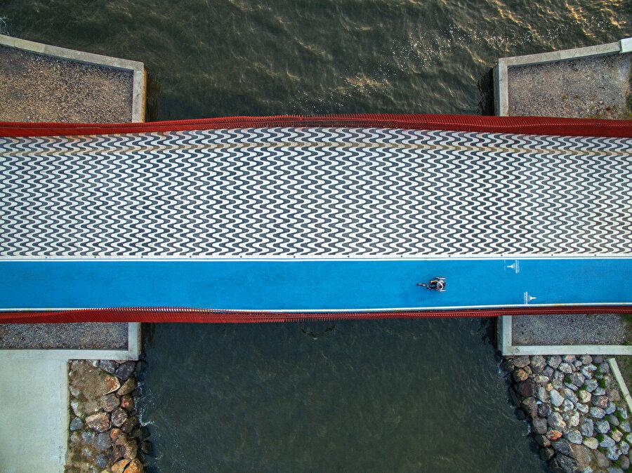 Köprü, yayalara ve bisikletlere hizmet ediyor.