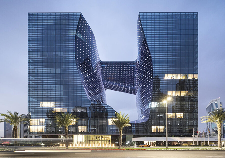 Yerden 20 kat yukarıya ve yerin 7 kat altına uzanan yapı, parametrik tasarımıyla dikkat çekiyor.
