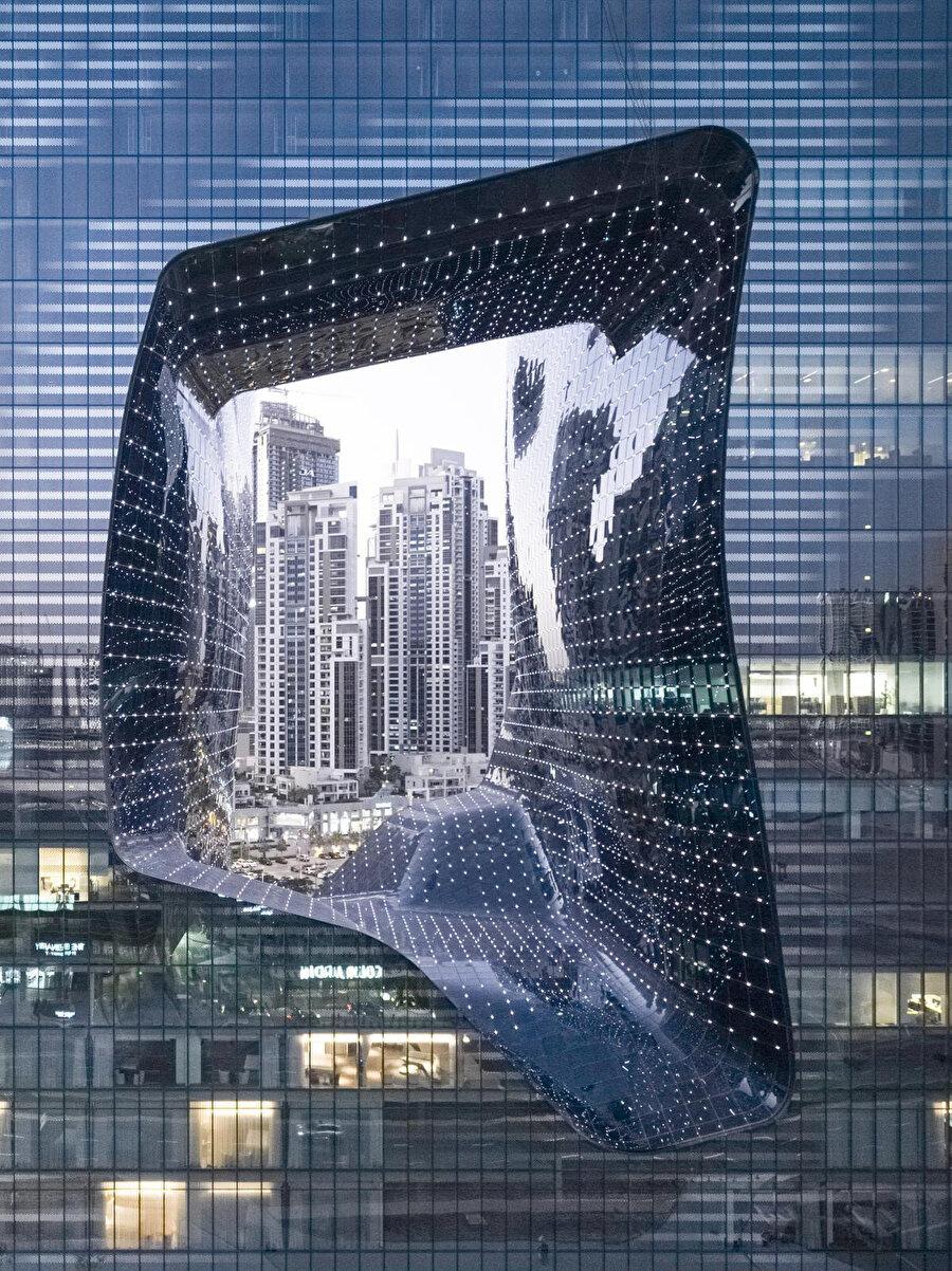 Boşluğun 6.000 metrekarelik cephesi, 4.300 adet düz, tek kavisli veya çift kavisli Low-E özellikli camdan oluşuyor.
