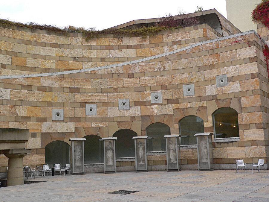 Heykel bahçesini barındıran dairesel atriyum, yayaları yapının merkezine çekiyor.