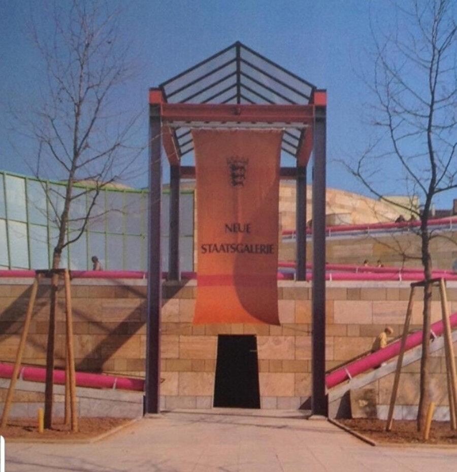 Ön taraftaki geniş rampalar, idari kanat olan Atina Akropolü'nü; renkli havalandırma boruları Paris'teki Centre Pompidou'yu ve Stuttgart'taki Le Corbusier'in Weissenhof Köşkü'nü işaret ediyor.