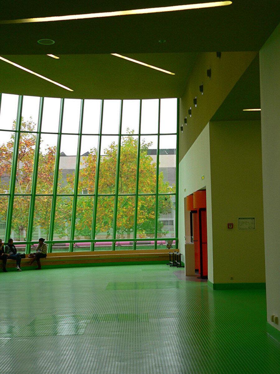 Fuaye alanı, koridorlar, vestiyer bölümü ve kafeterya limon yeşili bir renk ile boyanıyor.