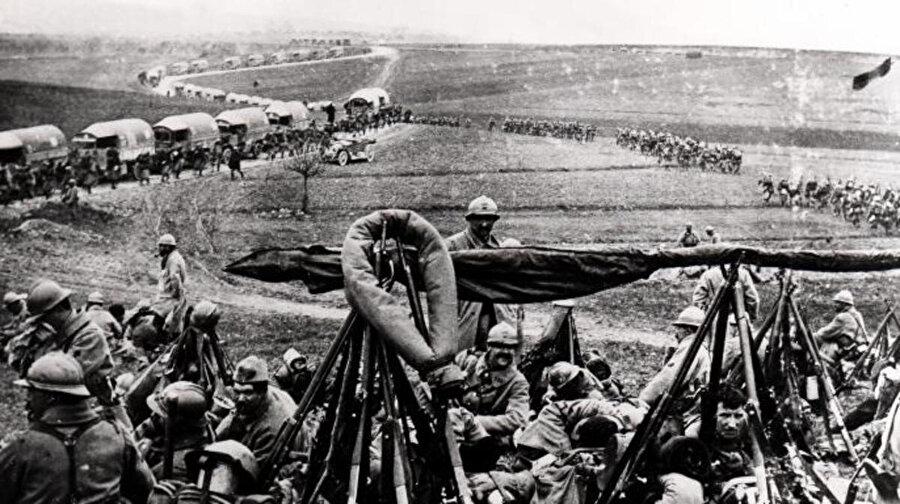 21 Şubat 1916'da başlayan ve tam 300 gün süren Fransa ve Almanya arasındaki savaş, iki taraftan da 300 bin askerin yaşamını yitirmesine neden oldu. Verdun Savaşı, tarihin en kanlı muharebelerinden biri olarak kayıtlara geçti.