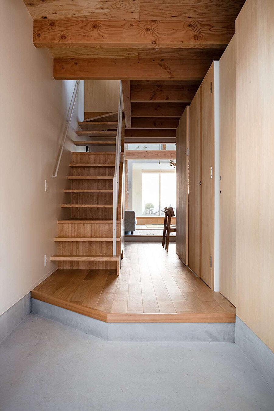 Büyük hacimdeki yatak odalarına ulaşan merdiven.
