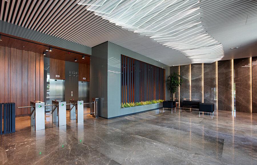 Ofislerin giriş alanında da hareketli tavan elemanları yer alıyor.