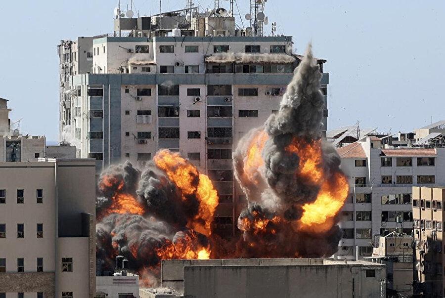 Al Jazeera ile AP'nin ofislerinin bulunduğu El-Cela binasının vurulma anı.
