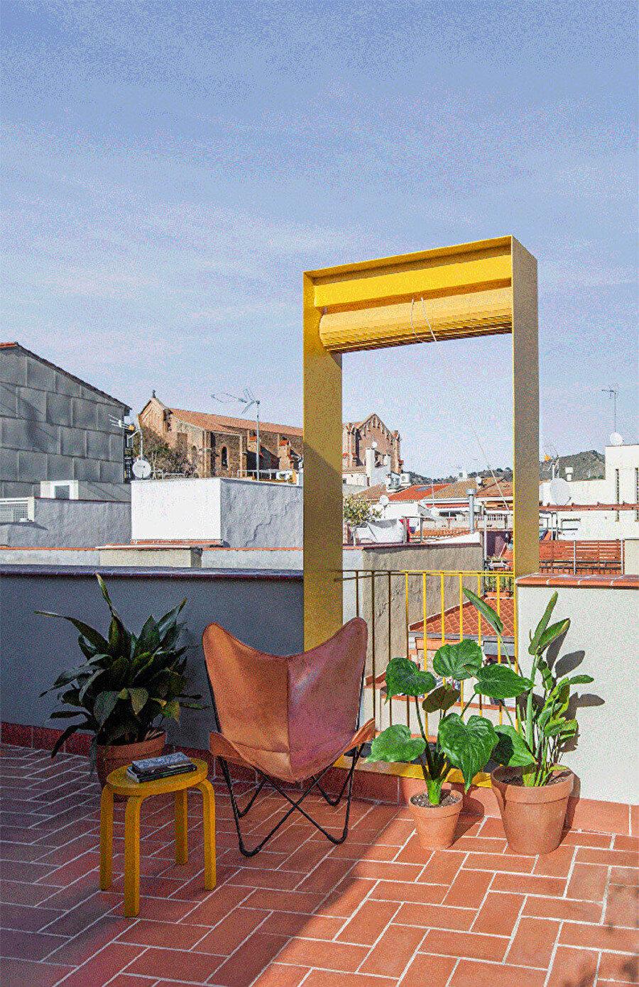 Cephenin detaylarındaki sadelik, komşu binayla bağlantı kurmak için teras katında hareketlilik kazanıyor.