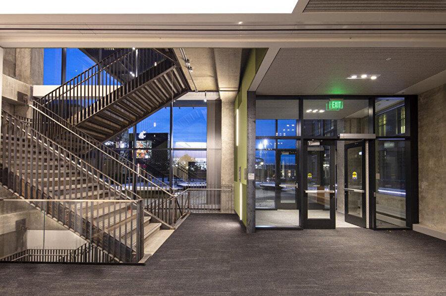 Bina son teknolojiye sahip çalışma alanları sunuyor.