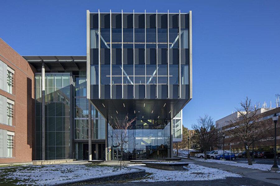 Konsol, binanın girişini vurguluyor.