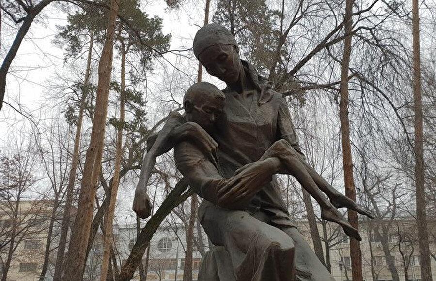 Kazakistan Almatı'da açlık kurbanlarının anısına dikilmiş bir heykel.