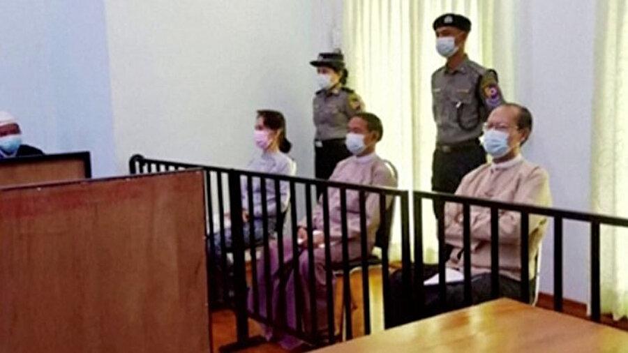 Myanmar'ın iki devrik liderinin 24 Mayıs'ta gerçekleşen yargılama esnasında çekilen görüntüleri.