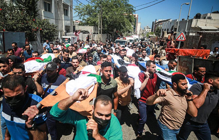 Gazze'de katledilen kadınların cenaze törenlerinden bir fotoğraf..