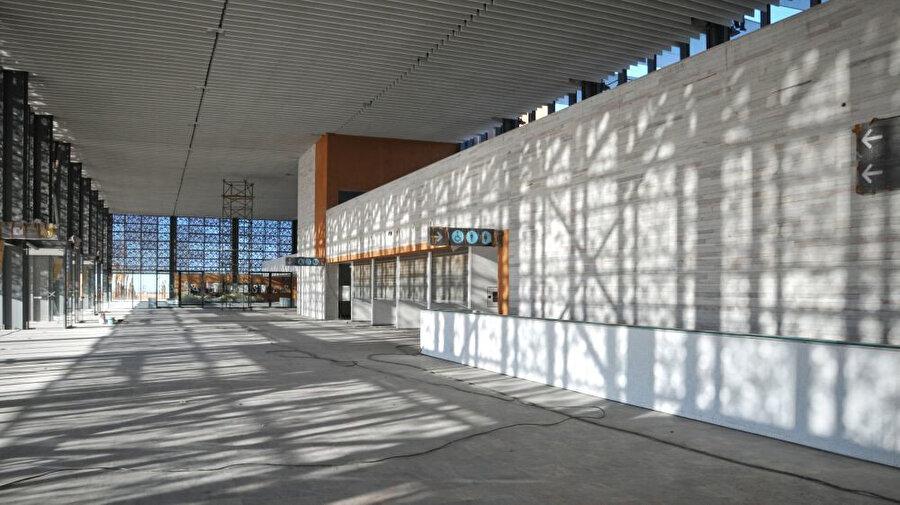 Yapıda yüksek maliyetli teknik ekipmanlardan kaçınılıyor ve maksimum miktarda doğal ışık ve havalandırma sağlanıyor.