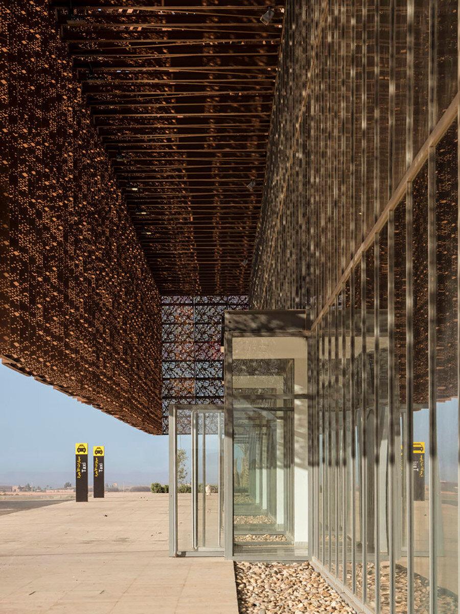 Dış cephe, geniş çatı uzantısı ile cam cepheden belirli bir mesafe uzakta tutuluyor ve böylece güneş kırıcılığı sağlıyor.
