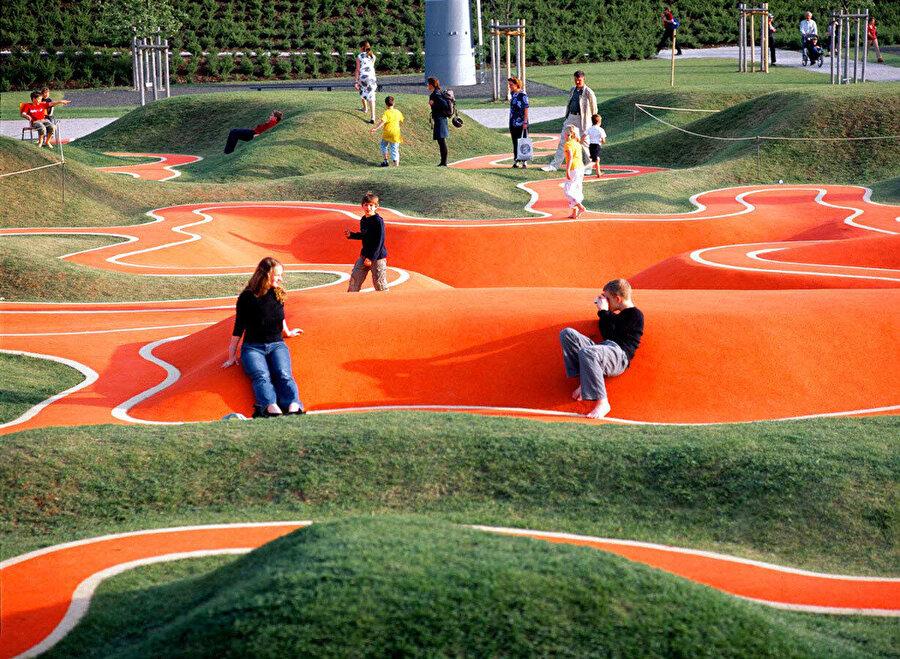 Karınca patikalarını andıran yüksek kontrastlı patikalarla kurulan oyun alanı yerleştirmesi.