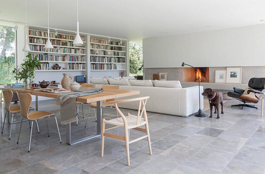 Geniş bacanın beton ocağı, basit bir dikdörtgen tasarım içinde gizleniyor.