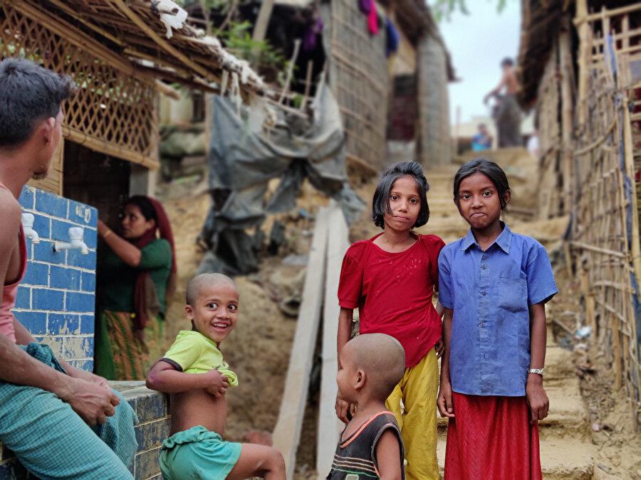Bangladeş'e sığınan Arakanlı Müslümanlar Cox Bazaar'daki mülteci kamplarında yaşamını sürdürmeye çalışıyor.