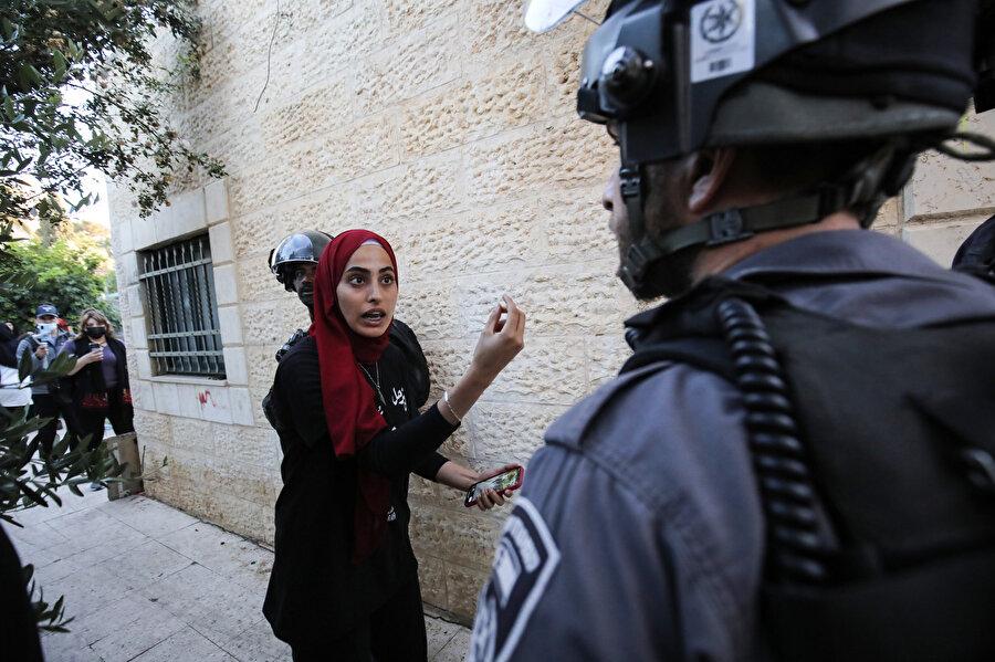 Muna, Şeyh Cerrah'ta düzenlenen zorunlu göç karşıtı eylemlerde sık sık İsrail polisleriyle karşı karşıya geliyordu.