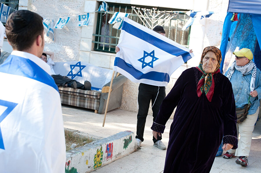 Şeyh Cerrah'ta evinden zorla çıkarılan Filistinli kadının evini terk edişi ve evine fanatik Yahudilerin yerleşme anı.