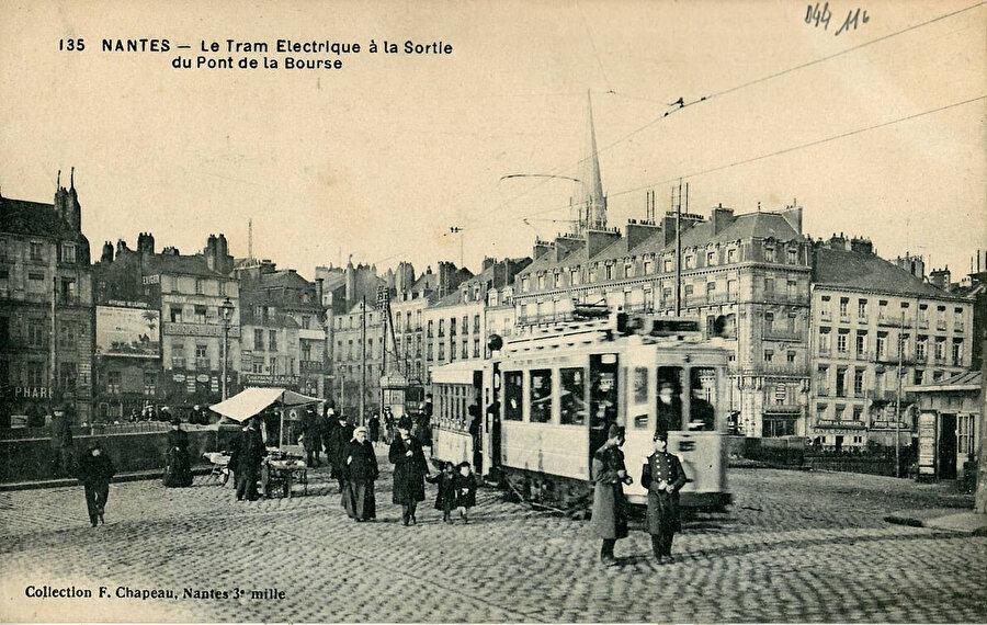 Bourse Köprüsü çıkışında elektrikli tramvay.