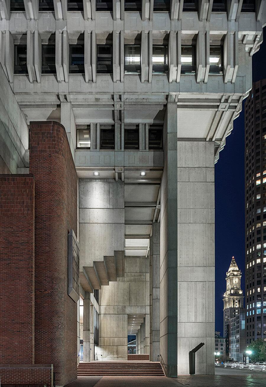 Brütalist mimari, II. Dünya Savaşı sonrasında özellikle sivil mimari yapılarda yaygın olarak görülüyor.