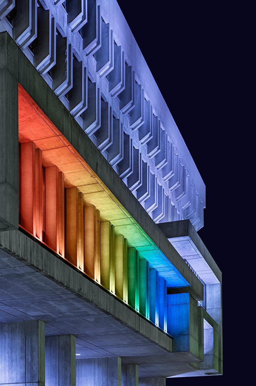 LED ışıklar, binanın ızgaralı beton yapısını vurguluyor.