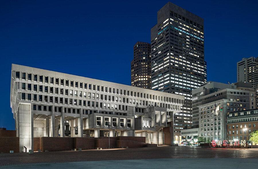 Reed Hilderbrand, yenilemenin sonraki aşamalarında plazaya, ağaçlar ve açık oturma alanları ekleyerek Belediye Binası'nı Boston'daki faaliyetler için merkezi bir hale getiriliyor.