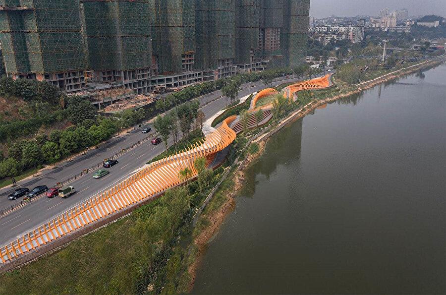 Proje, Fuxi Nehri ile otoyol arasındaki dik, dar ve engebeli bir alanda yer alıyor.