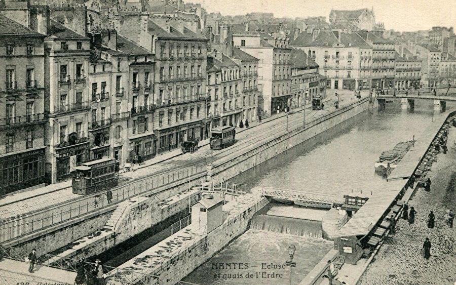 Erdre, Fransa'nın batısında, Loire'e bağlı, 97.4 km uzunluğunda bir nehirdir. (Ecluse et quais de l'Erdre).
