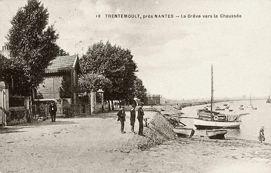Nantes yakınlarındaki Trentemoult. Trentemoult, Loire Nehri üzerinde kırmızı kiremitli çatılı, 3 katlı renkli evler ve palmiye ağaçlarıyla dolu bahçelerle bilinen eski bir balıkçı köyüdür.