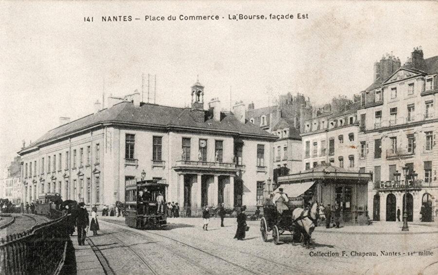 Yaklaşık 1895'te, (Nantes) Place du Commerce meydanı ve Mékarski sıkıştırılmış hava tramvayı.