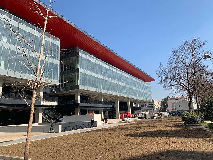 Kolonlar üzerinde taşınan cam cepheli kısımda ofis kütleleri yer alıyor.
