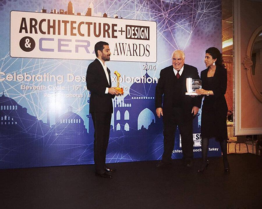 Architecture+ Design & Cera Ödülleri'nde ödül alan Hakan Demirel.